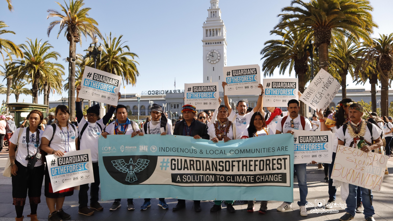 Líderes y lideresas de comunidades indígenas y locales de los bosques tropicales del mundo marcharon exigiendo sus derechos en California
